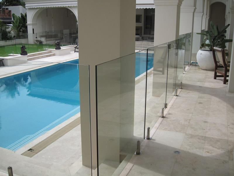 Installing affordable glass pool fencing on the gold coast for Affordable pools and supplies